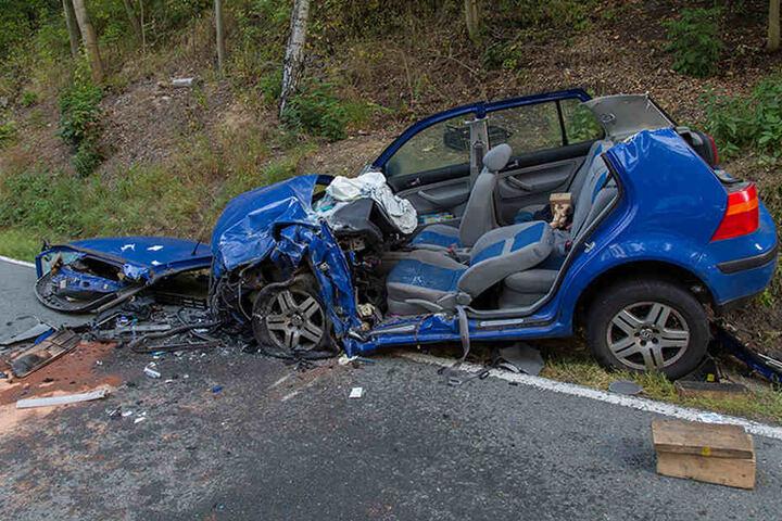Die Feuerwehr musste aus dem Wrack des VW einen Kameraden retten.