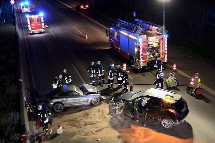 Nach der Rettung der beiden Fahrer musste die Unfallstelle gereinigt werden.