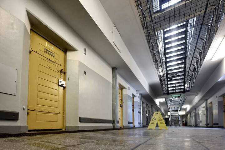 Blick auf Zellentüren in der Klever Justizvollzugsanstalt.