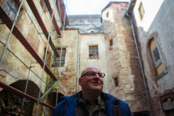 Piotr Koper steht im Innenhof des Palac Struga (Schloss Adelsbach).