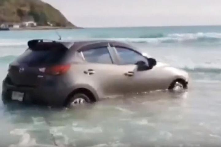 Haruethai Leeprasertphat (32) fand sich mit ihrem Auto im Meer wieder.