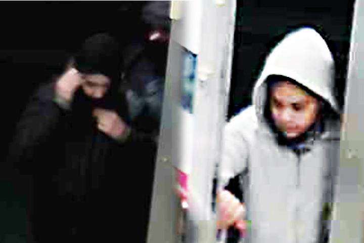Die Kriminalpolizei Köln fahndet nun mit Fotos aus einer Überwachungskamera nach den Tätern.