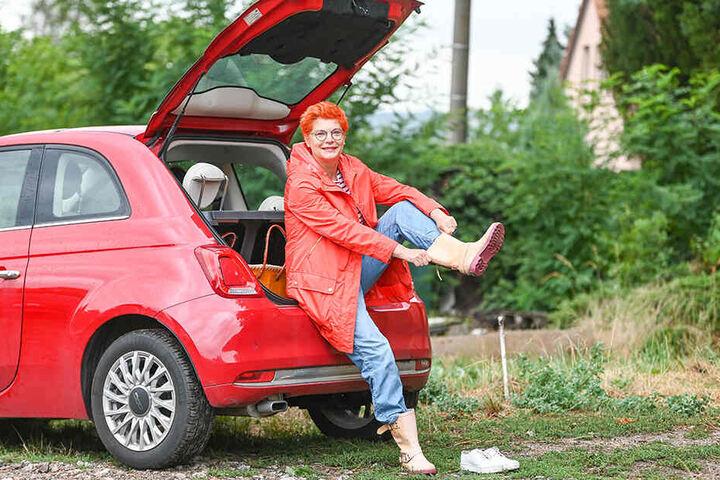 TAG24-Reporterin Katrin Koch zieht sich die Gummistiefel für den Einsatz im Weinberg an.
