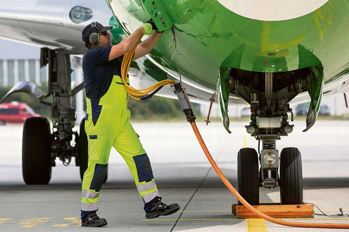 Hier wird der Jet zum Spritsparen an die lange Leine gelegt: Damit die Triebwerke abgeschaltet werden können, wird die Boeing über ein Verlängerungskabel mit Strom versorgt.