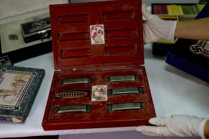 Auch eine Box mit Hakenkreuzen und Mundharmonikas für Kinder wurde gefunden.
