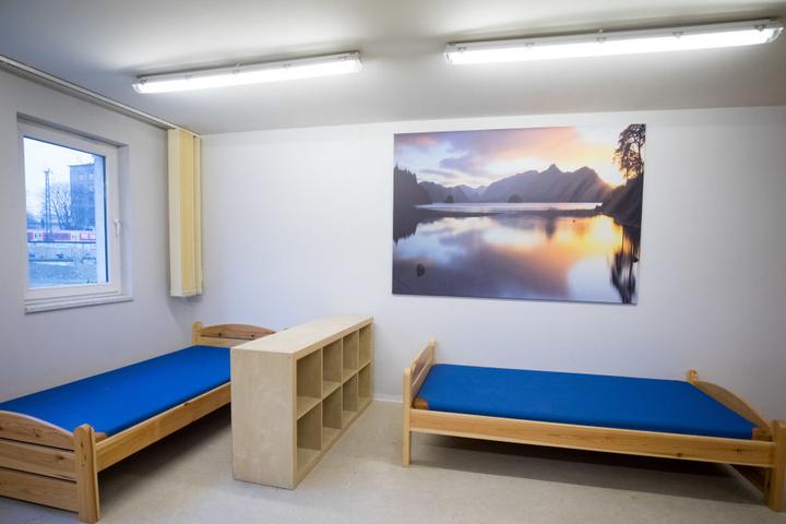 Eine Notunterkunft mit einfachen Betten für Obdachlose.
