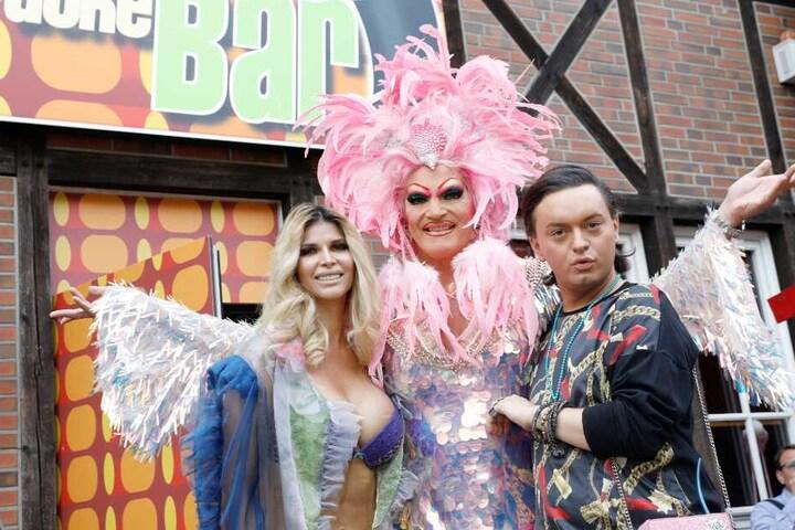 """Micaela Schäfer, Olivia Jones, und Julian F.M. Stöckel vor der frisch eröffneten """"Porno Karaoke Bar"""" auf St. Pauli."""