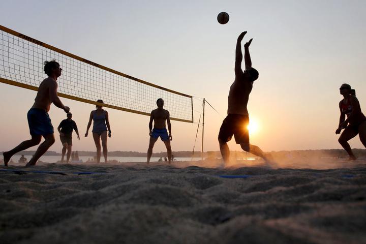 Auch das Leipziger Neuseenland profitierte. Hier spielen mehrere Sonnenanbeter Beachvolleyball am Cospudener See.