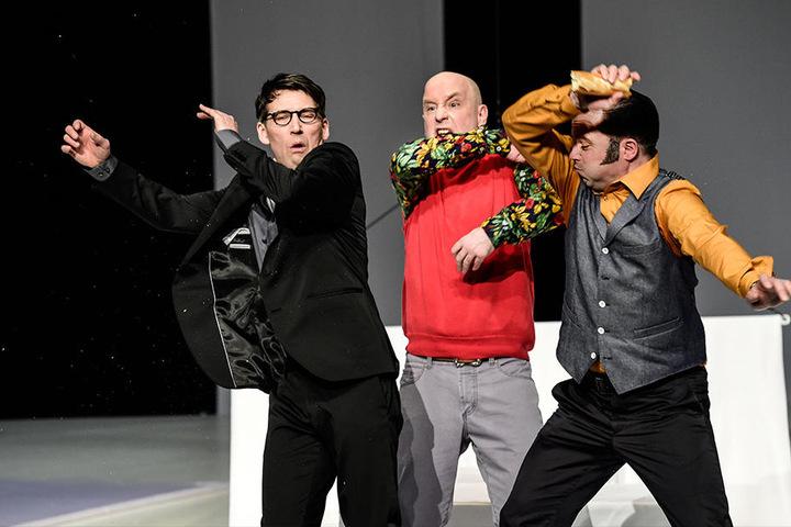 Über Kunst lässt sich trefflich streiten – so wie die drei Freunde Serge (Marko Bullack, v.l.), Yvan (Christian Ruth) und Marc (Philipp von Schön-Angerer)
