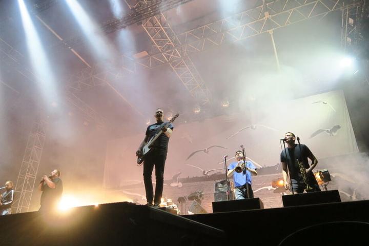 """Etwa zwei Stunden lang unterhielten die Punk-Rocker die tausenden anwesenden Fans mit Hits wie """"Alles auf Rausch"""" und """"Komplett im Arsch""""."""