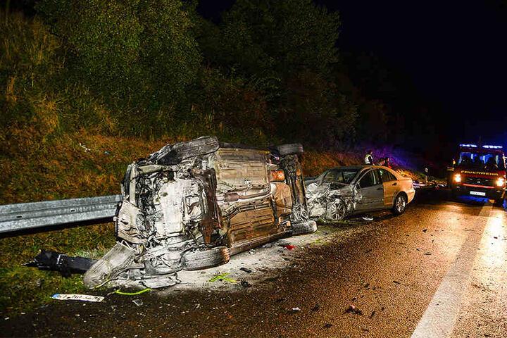 Einige der beteiligten Autos überschlugen sich bei dem Unfall.