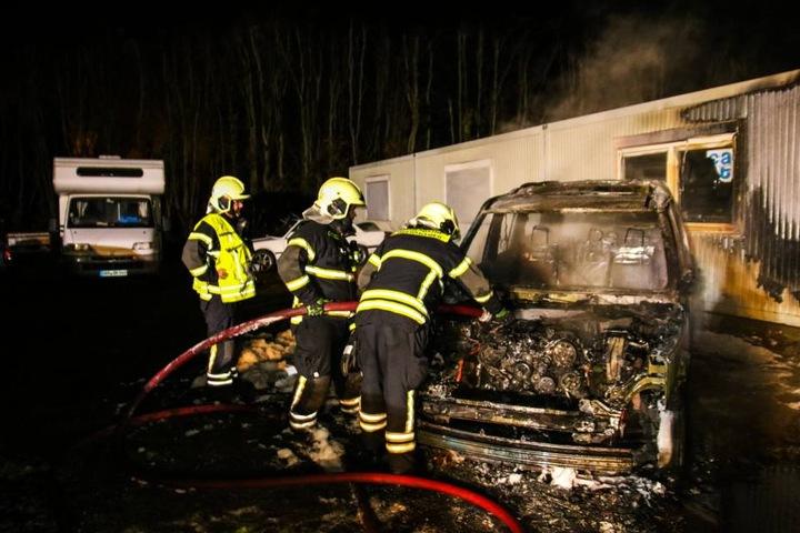 Die Feuerwehr konnte verhindern, dass das Feuer auf umstehende Fahrzeuge und Häuser übergriff.
