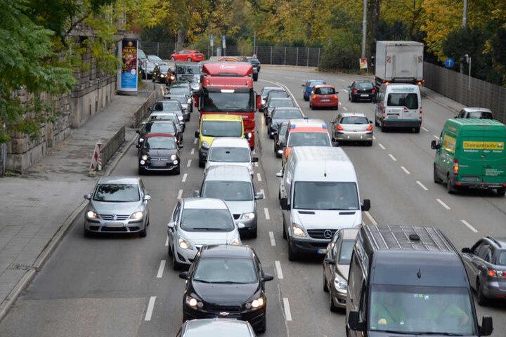 Nach dem Unfall kam es zu erheblichen Verkehrsbehinderungen.