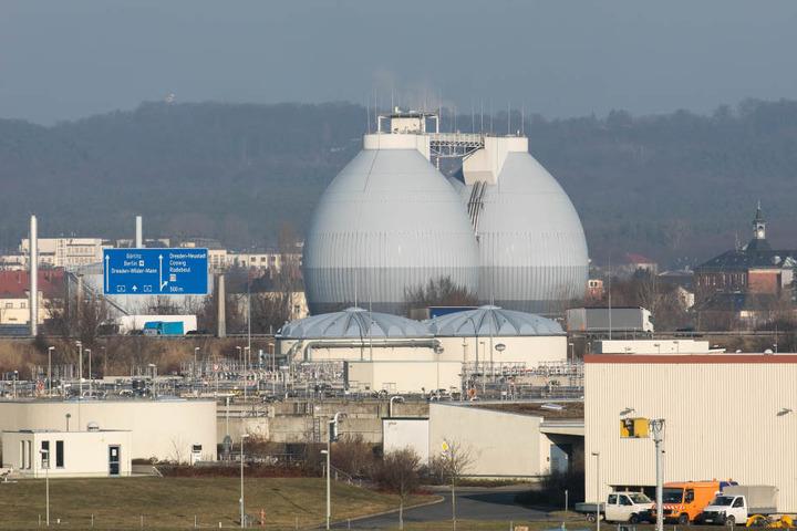 Von der Großkläranlage in Kaditz  steigt seit Wochen immer wieder übler Geruch auf. Das wird auch über die  Feiertage so bleiben. Die Eier nahe der A4 sind ein Blickfang.