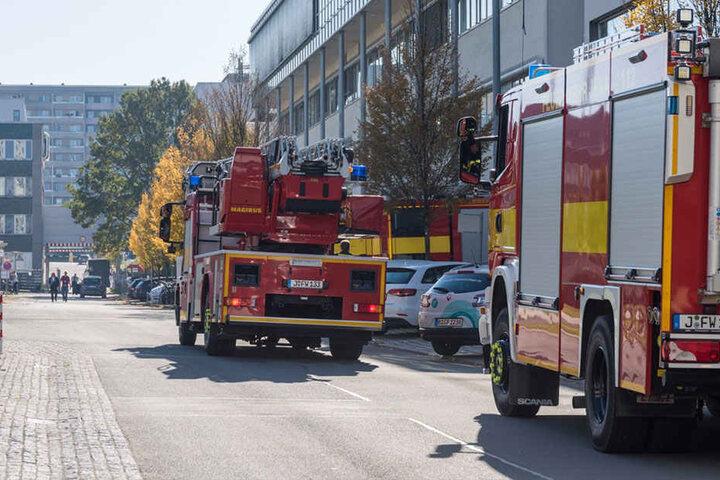 Feuerwehr, Rettungsdienst und Polizei sind mit einem Großaufgebot vor Ort.