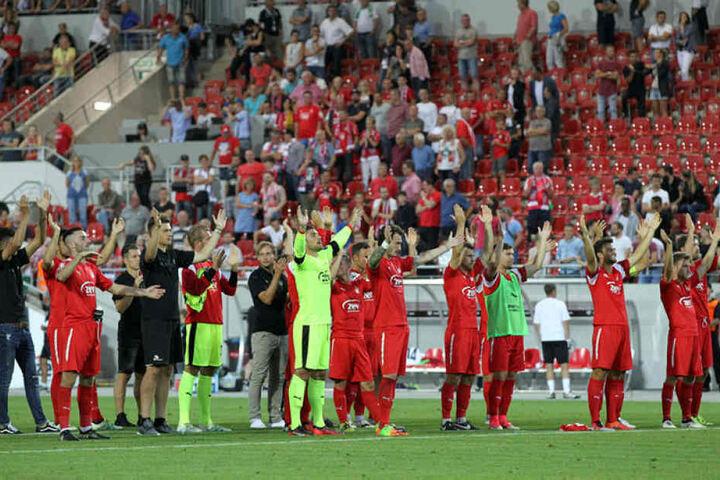 Die Zwickauer Mannschaft bedankte sich bei ihren Fans - gemeinsam hatte man wenigstens noch einen Punkt gerettet.