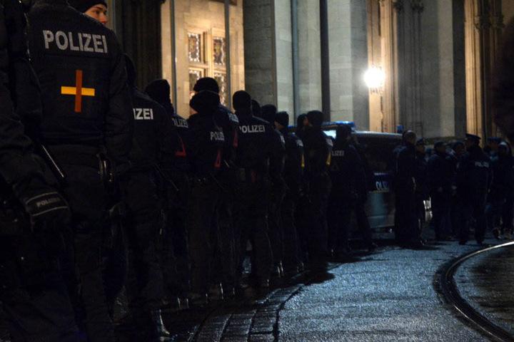 Mit einem Großaufgebot sicherte die Polizei den Fischmarkt in Erfurt ab.