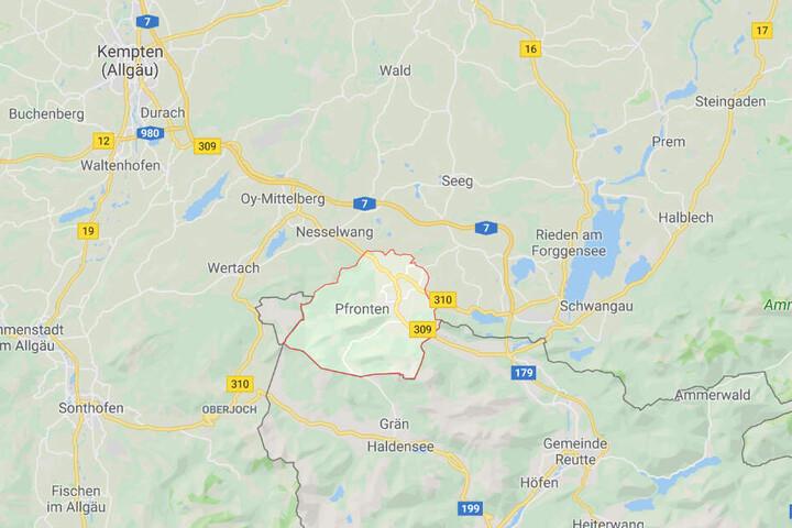 Ein Autofahrer ist bei Pfronten im Landkreis Ostallgäu von einer Regionalbahn erfasst worden.