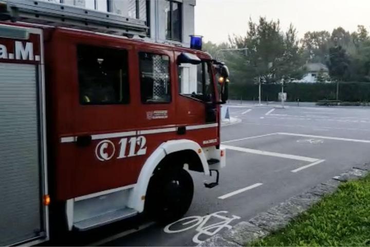 Ein Einsatzwagen der Feuerwehr im Sperrbereich im Frankfurter Westend.