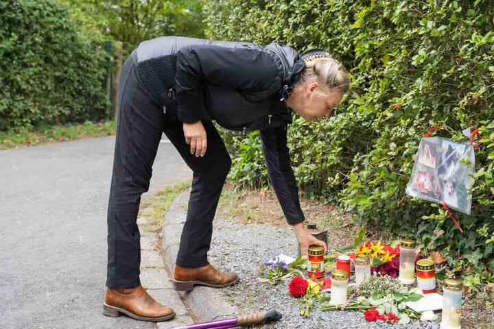Die Halterin stellt eine Kerze an der Stelle ab, an der ihr Hund verstarb.