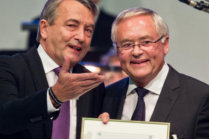 Archivbild aus dem Jahr 2013: Der damalige DFB-Präsident Wolfgang Niersbach (l) überreicht dem damaligen Fußballfunktionär Horst R. Schmidt die Ehrenmitgliedschaft im DFB während des Bundestages des Deutschen Fußball-Bundes (DFB).