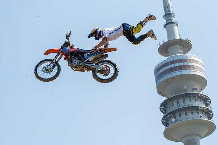 Luc Ackermann springt in München (Bayern) beim Training zu den Red Bull X-Fighters am Olympiaturm.