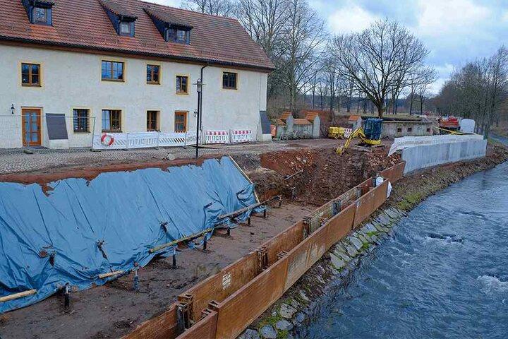 Am Wasserschloss Klaffenbach werden die Uferbereiche der Würschnitz für 3,85 Millionen Euro erneuert.
