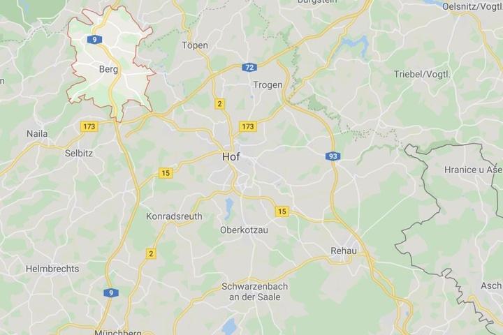 Ein Lastwagen ist auf der Autobahn 9 bei einem Überholmanöver bei Berg in Bayern umgekippt.