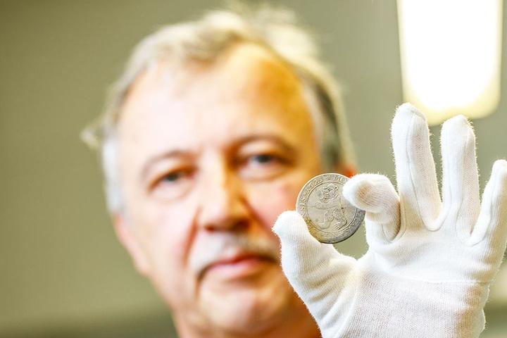 Oberkonservator Wilhelm Hollstein mit einer der entdeckten Münzen.