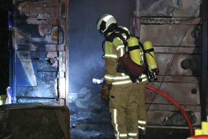 Als die Kameraden der Berufsfeuerwehr Übigau eintrafen, brannte der Container schon lichterloh.