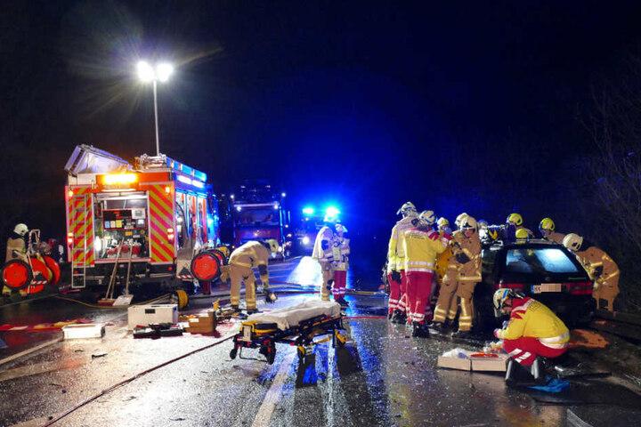 Beide Fahrer mussten von der Feuerwehr befreit werden.