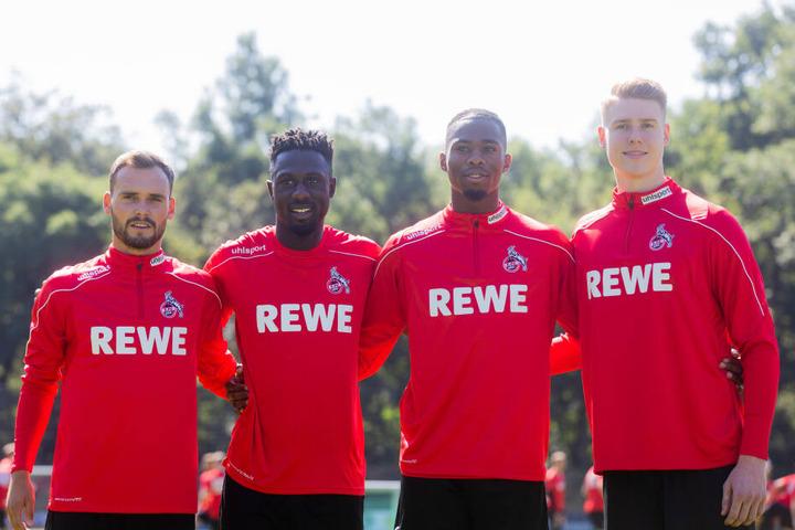 Birger Verstraete, Kingsley Schindler. Kingsley Ehizibue mit Nachwuchstorwart Julian Krahl beim Trainingsauftakt des 1. FC Köln im Juli.