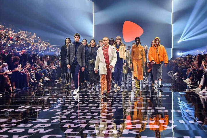 Models präsentieren in Berlin auf dem Modefestival Bread & Butter Mode des Labels Zalando.