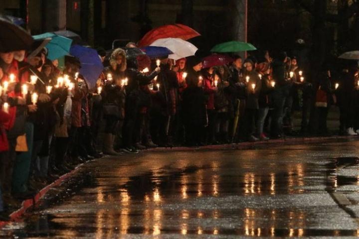 Die Leipziger hatten am Abend des 11. Januar mit einer Lichterkette gegen Fremdenfeindlichkeit protestiert. Wenig später überfielen Rechte den linken Stadtteil Connewitz.