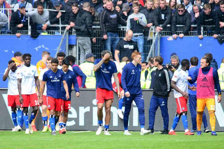 Die Hamburger Spieler verlassen nach der Partie gegen den FC Ingolstadt 04 das Feld im Volksparkstadion.