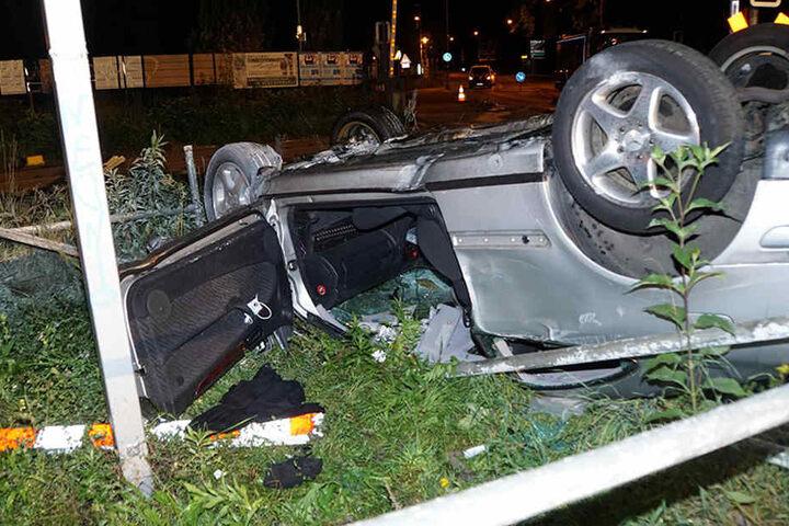 Die Rettungskräfte konnten den Fahrer schwer verletzt aus dem Mercedes bergen.