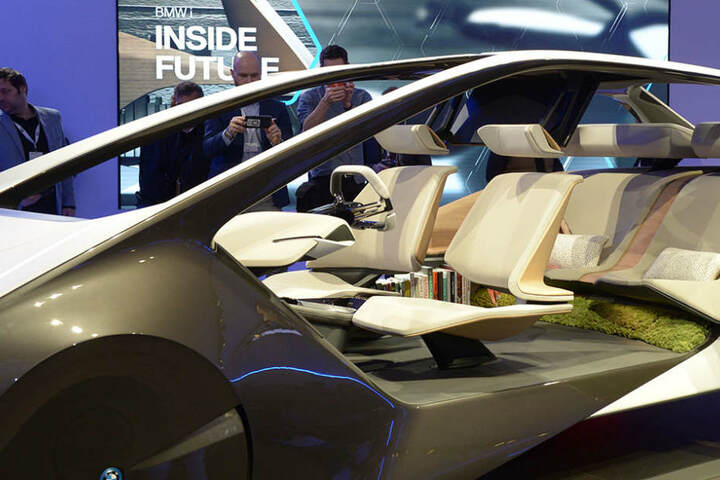 So könnte die Innenausstattung eines autonomen Fahrzeugs aussehen: viel Platz, etwas Grün und gemütliche Bücherecke.