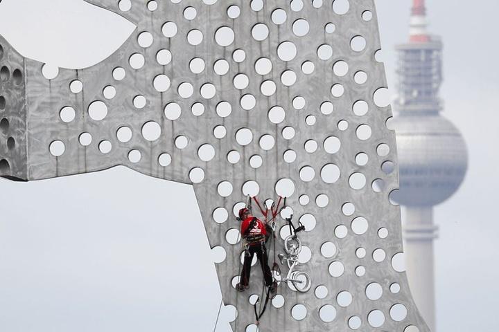 Einer der Kletterer, die das Rad von der Skulptur entfernten.