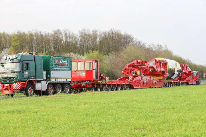 Der 400-Tonnen-Trafo liegt auf einem Spezial-Anhänger.