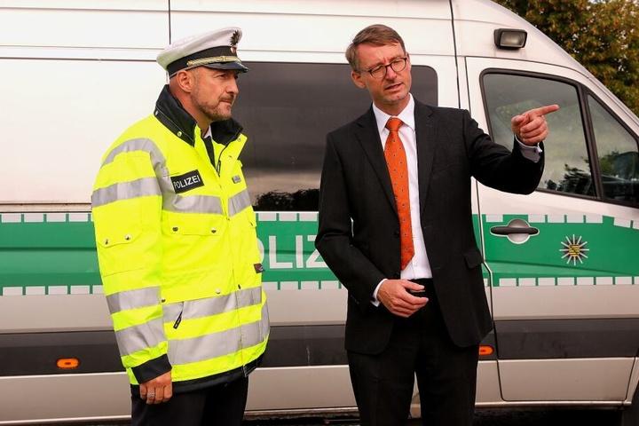 Sachsens Innenminister Roland Wöller machte sich selbst ein Bild der Kontrollen.