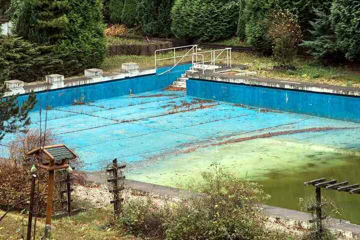 Seit Jahren geschlossen. Im Dezember entscheidet der Stadtrat, ob das Bad in Erfenschlag eine Zukunft hat.