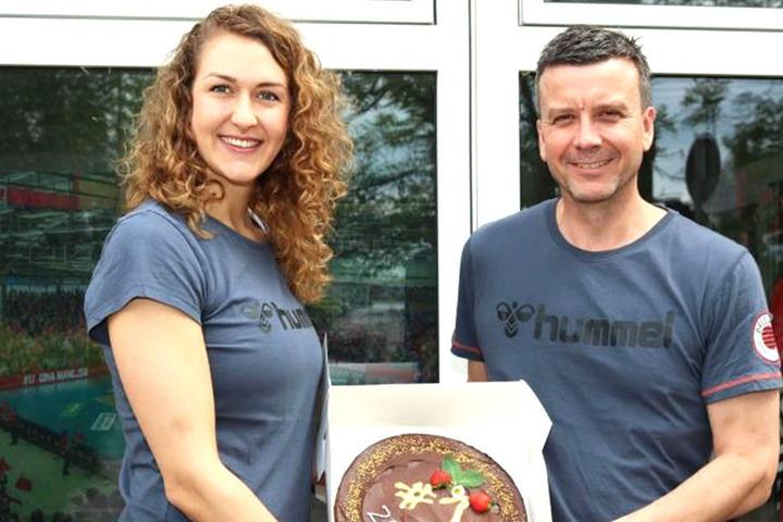 Barbara Wezorke bekam nicht nur den neuen Vertrag bei den DSC Volleyball Damen. Einen veganen Kuchen gab es obendrauf.