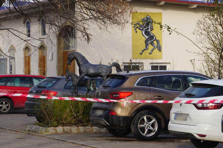 Absperrband vor einem Wohnhaus in Güglingen, wo der 15-Jährige getötet wurde.
