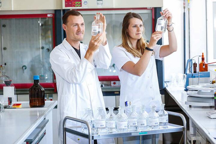 Die Laboranten Jennifer Kulcke (26) und Patrick Wolffersdorff (28) sichten im Wasserwerk Coschütz Trinkwasserproben.