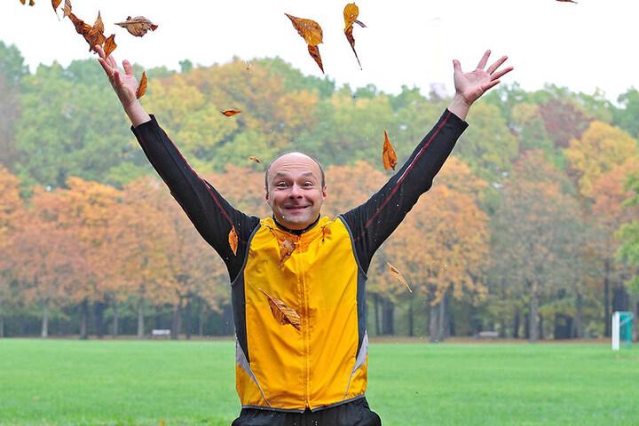 Und eins, und zwei… Fitness-Coach Tobias Haustein (40 ) zieht es ins Freie.