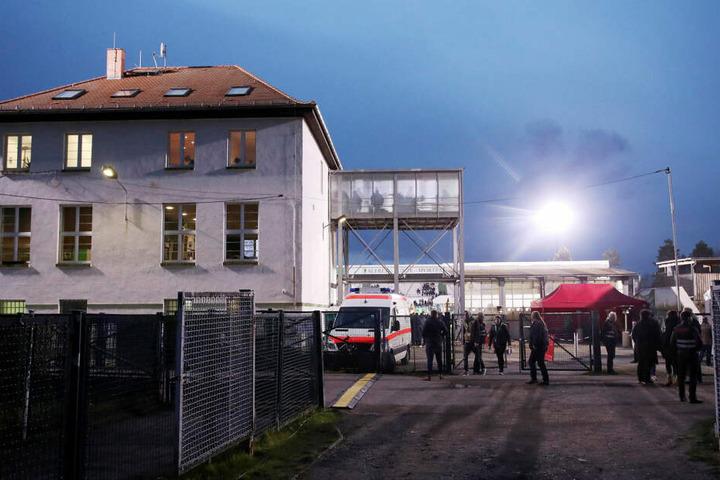 Die Umkleidekabine befindet sich in einem Gebäude am Alfred-Kunze-Sportpark, Heimspielstätte der BSG Chemie Leipzig. (Archivbild)