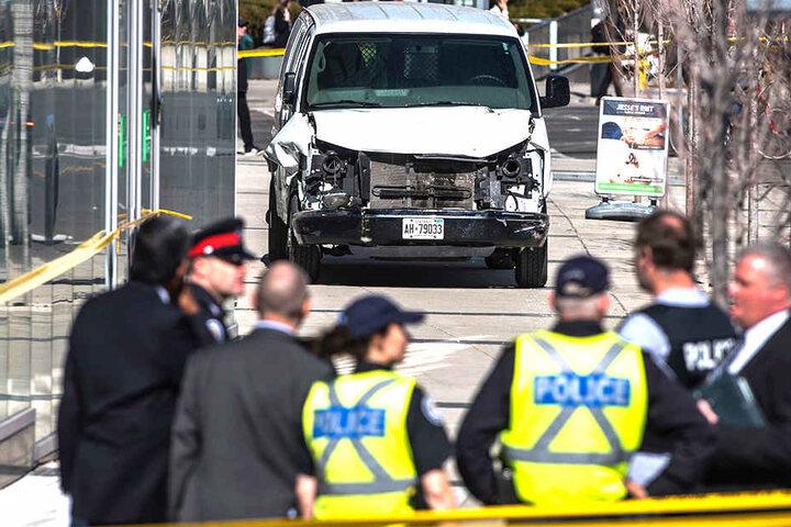 Im Hintergrund der Lieferwagen, mit dem der mutmaßliche Täter mehrere Menschen tötete und zahlreiche Personen verletzte.