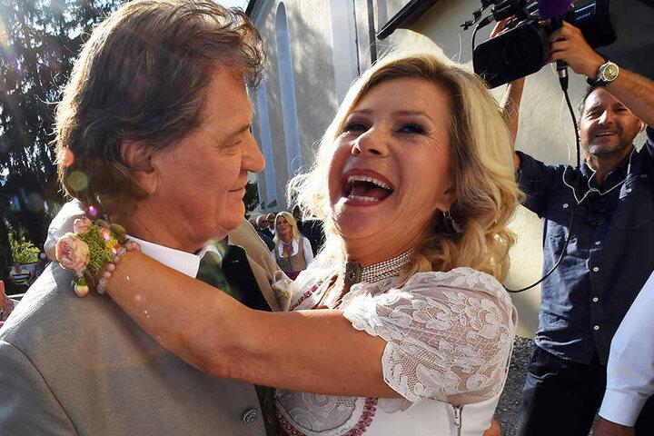 Marianne und Michael nach ihrer Trauung am Tegernsee - glücklich und verliebt.