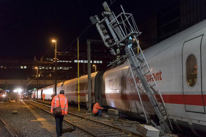 Ein Fahrleitungsmast wurde beschädigt, der Bahnhof war zeitweise ohne Strom.
