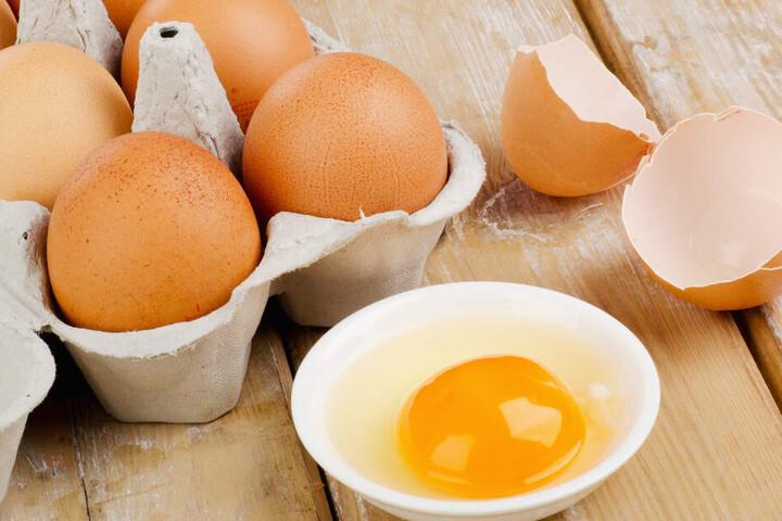 Hättet Ihr es gewusst? In ganz alltäglichen Dingen, wie der Schale roher Eier, können Keime stecken.